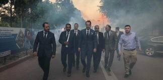 """Fatih Erbakan begleitet von Unterstützern und einigen Mitgliedern der Jugendabteilung von Manisa (Anatolien) die Fackeln tragen und den Slogan """"Mudschaheddin Erbakan"""" skandierten. Quelle + Foto erbakanvakfi.org.tr / Facebook Yunus Emre Göktaş"""