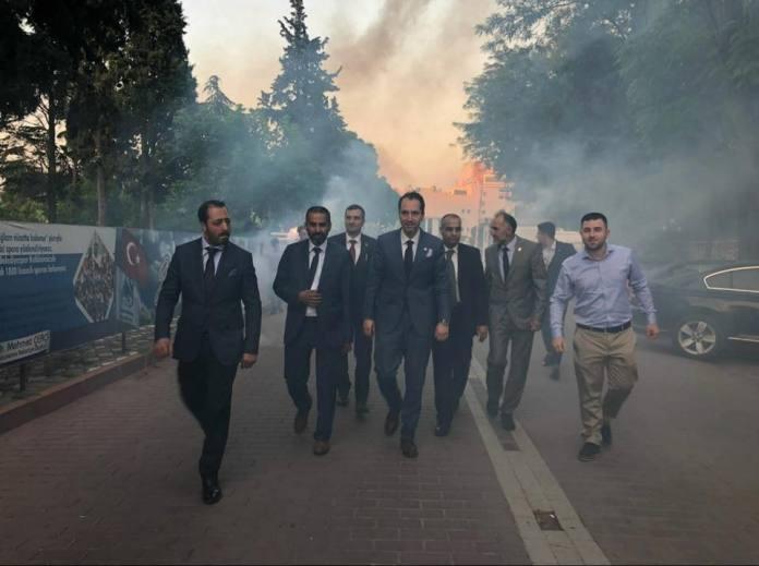 Fatih Erbakan begleitet von Unterstützern und einigen Mitgliedern der Jugendabteilung von Manisa (Anatolien) die Fackeln tragen und den Slogan