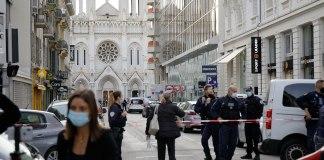 """Die Straße vor der Kirche """"Notre-Dame de Nice"""", die nach dem Attentat abgesperrt wurde. Foto By Martino C., CC BY-SA 4.0, https://commons.wikimedia.org/w/index.php?curid=95607923"""