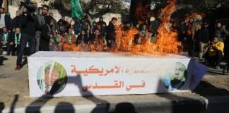 Hamas-Anhänger in Gaza verbrennen ein Modell eines Sarges, mit einem Bild des US-Präsidenten Donald Trump und des israelischen Premierministers Benjamin Netanjahu. Foto Majdi Fathi/TPS