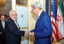 Der damalige demokratische US-Aussenminister John Kerry schüttelt Irans Aussenminister Javad Zarif während der Verhandlungen in Wien, Österreich, am 14. Juli 2014 die Hand. Foto U.S. Department of State from United States, Public Domain, https://commons.wikimedia.org/w/index.php?curid=34021895