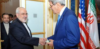 Der damalige demokratische US-Aussenminister John Kerry schüttelt Irans Aussenminister Javad Zarif während der Verhandlungen in Wien, Österreich, am 14. Juli 2014 die Hand. Foto U.S. Department of State from United States, Public Domain, https://commons.wikimedia.org/w/index.php?curid=34021895