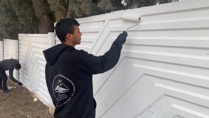 Beduinen übermalen Graffiti auf einem jüdischen Friedhof in Moshav Nevatim. Foto Desert Stars