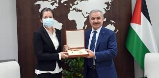 """Die offizielle palästinensische Nachrichtenagentur Wafa berichtete, dass der palästinensische Premierminister Mohamed Shtayyeh einen """"Orden des Sterns von Jerusalem"""" an """"Dänemarks Vertreterin in Palästina, Nathalia Feinberg"""" verliehen hat. Foto Wafa"""