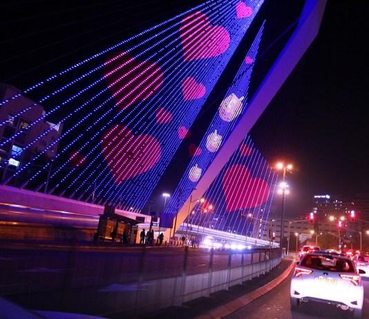 """Jerusalems Kettenbrücke, die für das """"Follow the Lights""""-Festival in Lichter gehüllt wurde. Foto I Travel Jerusalem"""