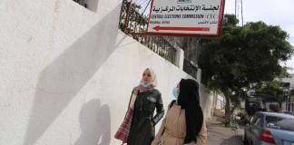 Palästinenserinnen passieren das Hauptquartier der Zentralen Wahlkommission (CEC) in Gaza-Stadt am 17. Januar 2021. Foto IMAGO / ZUMA Wire