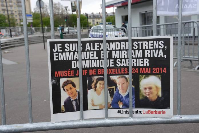 Ein Plakat mit den Bildern der Opfer des Anschlags auf das Jüdische Museum in Brüssel hängt am 11.04.2015 an einem Absperrungsgitter vor dem wiedereröffneten koscheren Supermarkt im Osten von Paris. Foto IMAGO / Winfried Rothermel