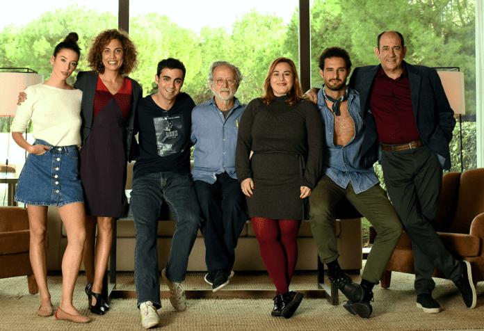 De izquierda a derecha: María Pedraza, Toni Acosta, Quim Ávila, Fernando Colomo, Inma Cuevas, Eduardo de la Rosa y Karra Elejalde.