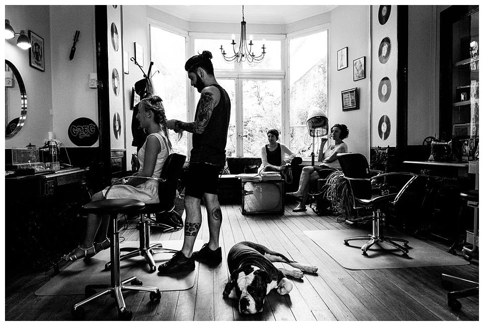 préparatifs de la mariée dans un salon de coiffure