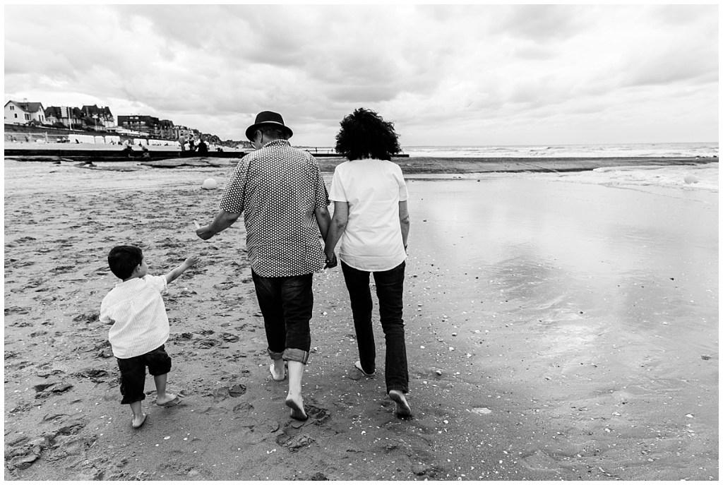 se promener en famille a la plage