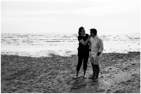 Photos de couple dans la baie du Mont Saint Michel, photographiées par audrey guyon