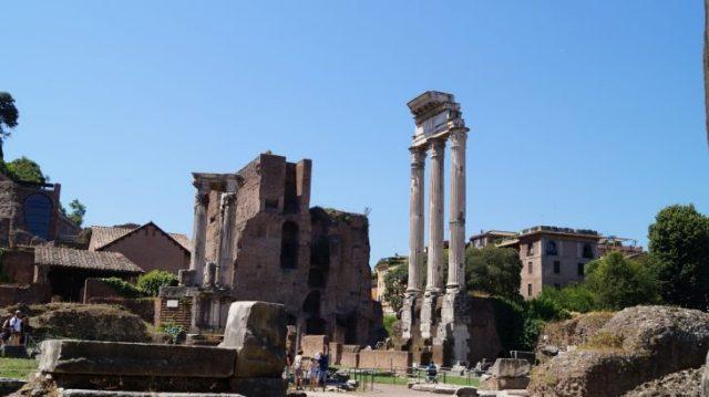 alte Säulen im Forum Romanum, in Rom schneller rein