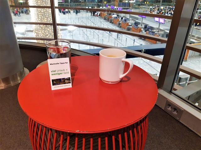 Kaffee in der SAS Gold Lounge Oslo