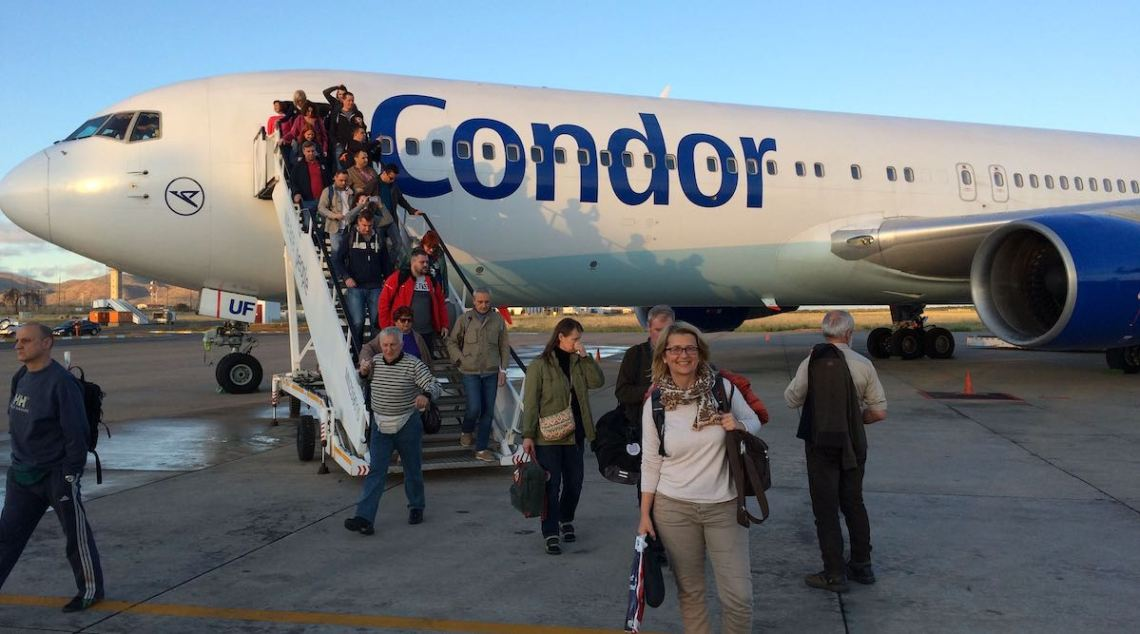 Elke Zapf kommt mit dem Flugzeug in Windhoek an und beginnt ihre Weltreise