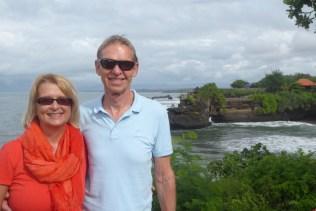 Wolfgang und Elke vor dem Tempel Tanja Lot auf der Insel Bali
