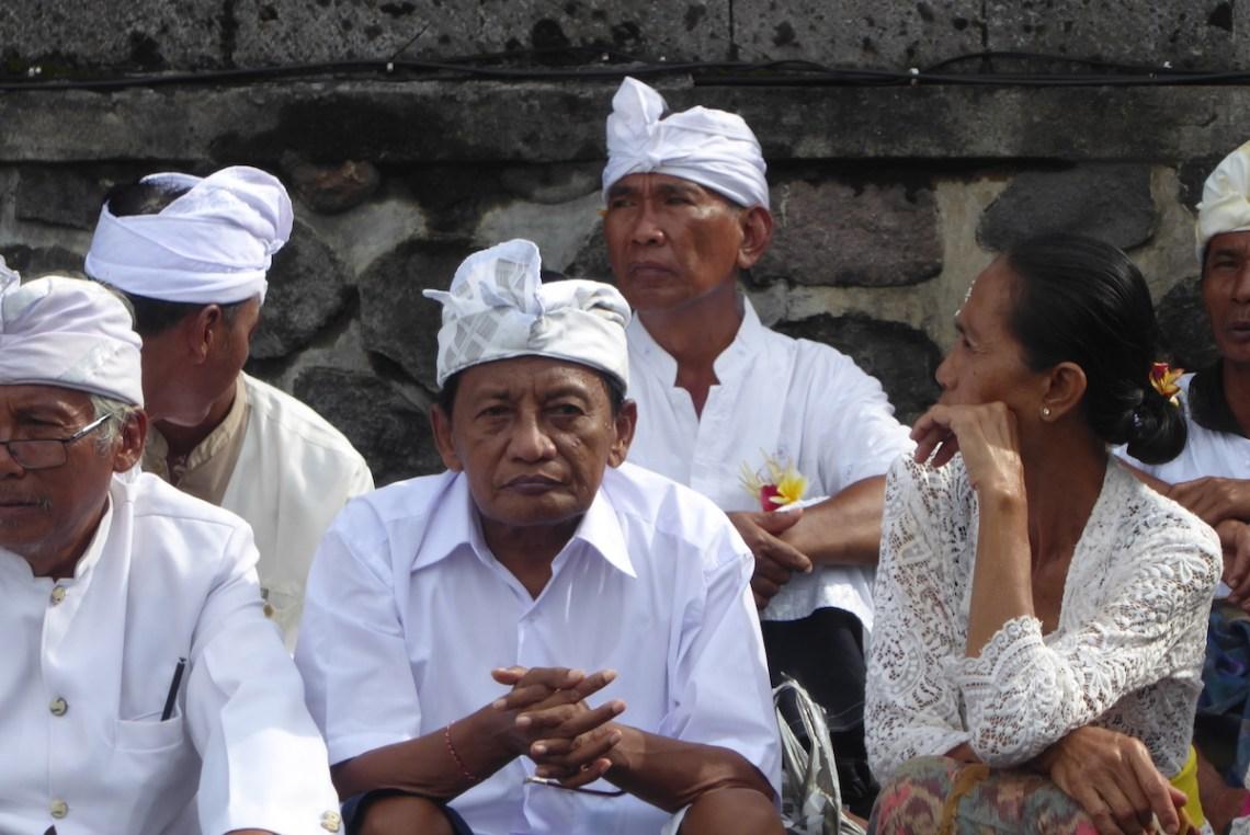 Bali TanahLot Tempel Maenner | aufmerksam reisen