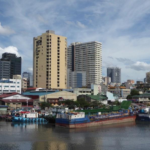 Der Pasig-River in Manila mit Hochhäusern im Hintergrund.