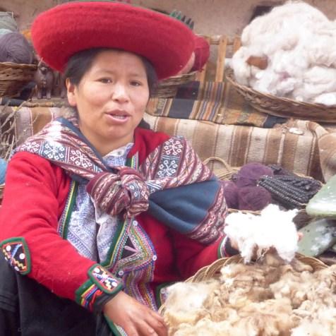 Peru-SacredValley-Frau-mit-Wolle