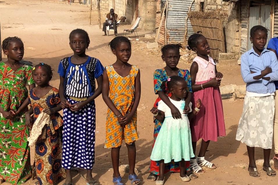 WeltreiseLogbuch-Senegal-Strasse-Maedchen