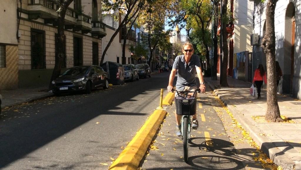 Wolfgang Eckart fährt mit dem Fahrrad durch Buenos Aires