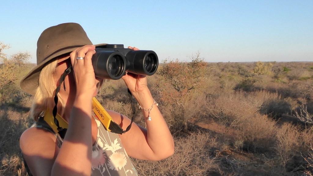 Elke Zapf schaut in Südafrika durch ein Fernglas