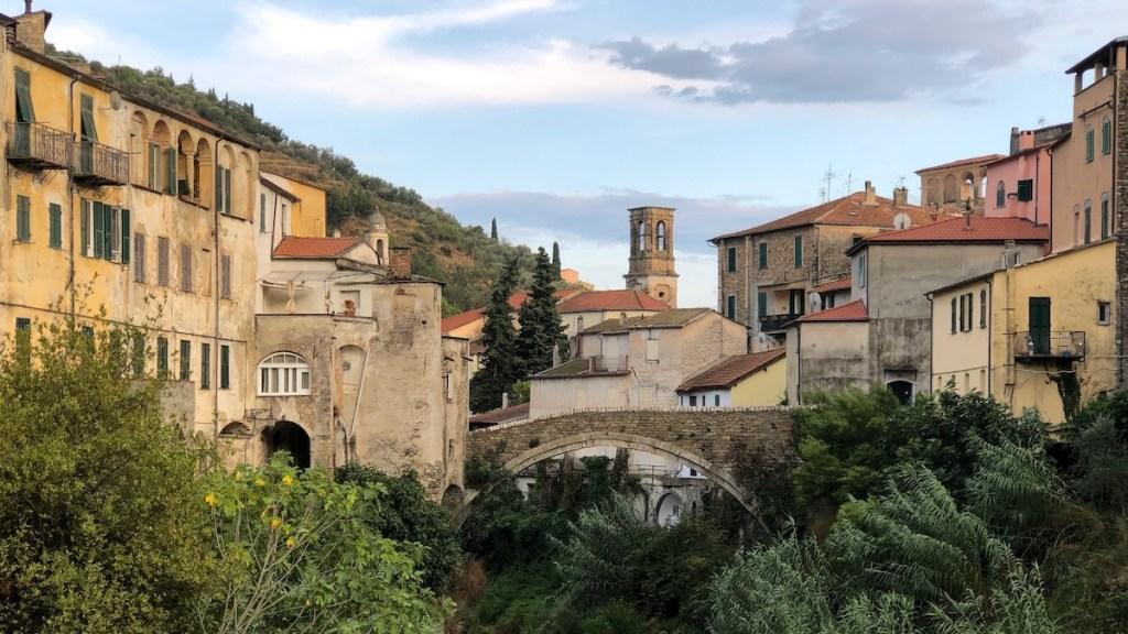 Brücke und Dorf in Dolcedo in Italien