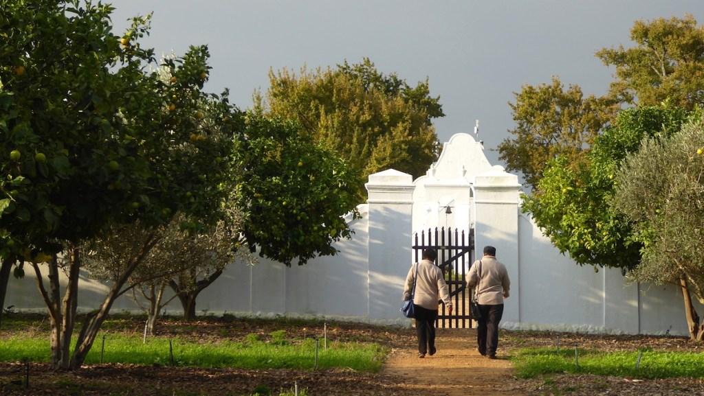 zwei Frauen laufen auf ein Gebäude in Babylonstoren in Südafrika zu