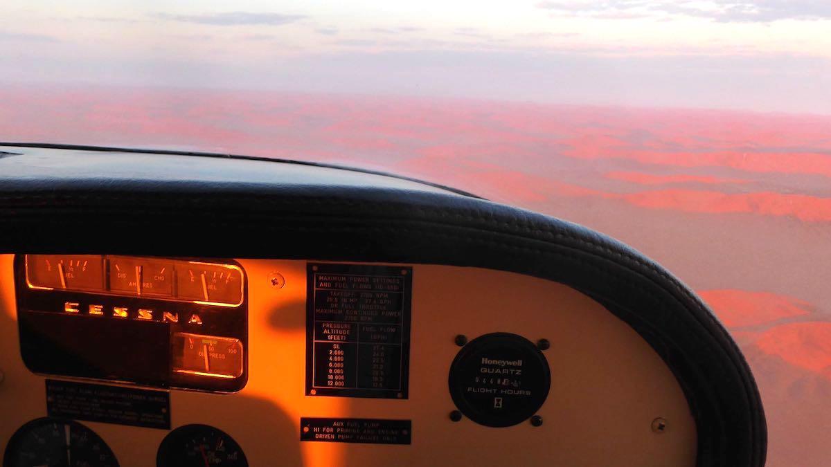 Cockpit einer Cessna über der Wüste Namib