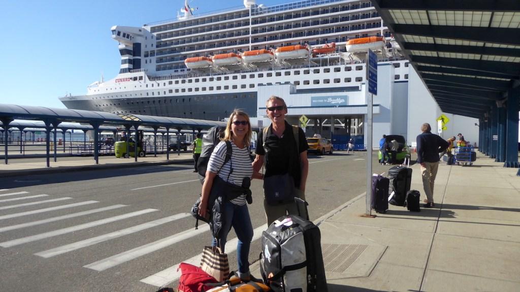 Elke Zapf und Wolfgang Eckart in New York vor der Queen Mary 2