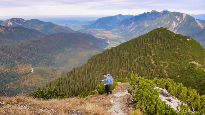 Am Abstieg, im Hintergrund die Ammergauer Berge / Kramerspitz