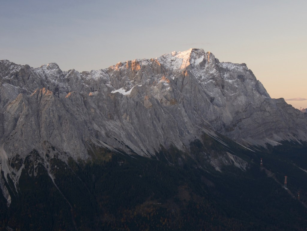 Die Zugspitze in der Morgendämmerung / Kramerspitz