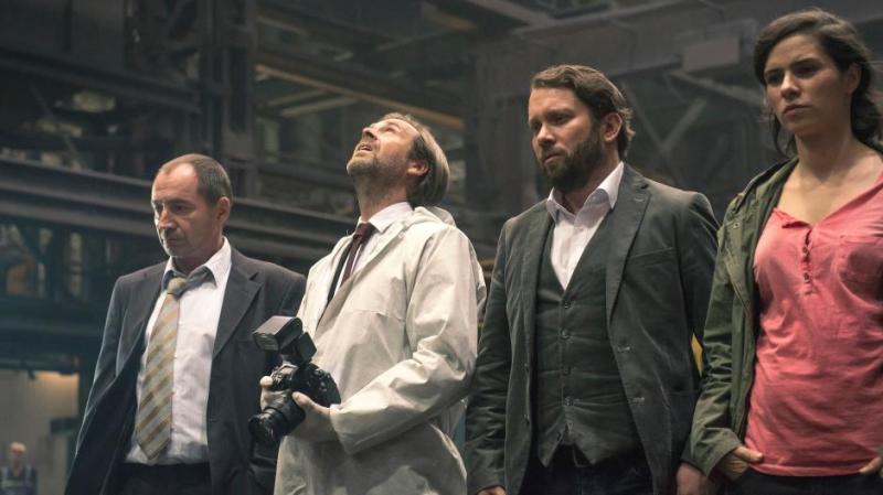Kurt Stich (Thorsten Merten), Johann Ganser (Matthias Matschke), Lessing (Christian Ulmen), Kira Dorn (Nora Tschirner) in the crime scene