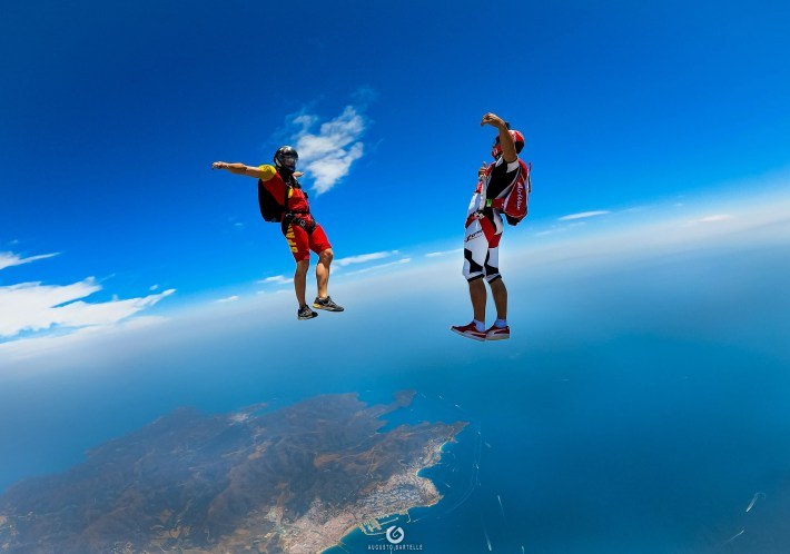 Two skydivers flying together with the propose to increase their skydiving skills