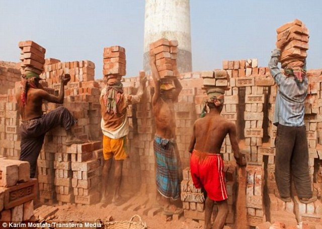 "Brick Workers in Bangladesh <span style=""font-size: 16px;"">(</span>Labor Day Observation: <a href=""http://www.nirapadnews.com/english/may-day-being-observed-throughout-bangladesh-today/"" target=""_blank"" rel=""noopener"">Nirapad News</a> <span style=""font-size: 16px;"">) </span>"
