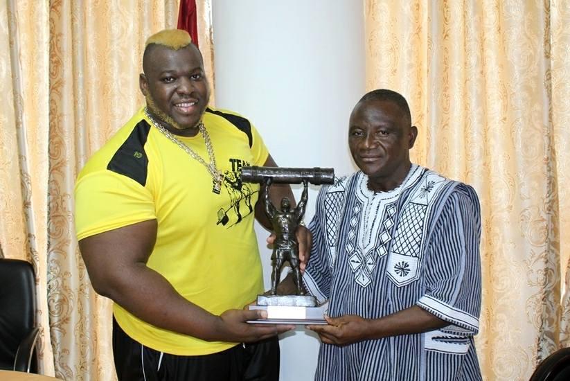 Athlétisme: Iron Biby présente son trophée de champion du monde à Daouda Azoupiou