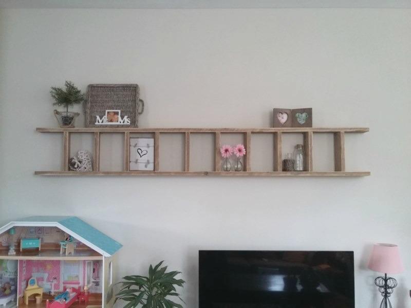 Ladder boven de tv leuke muurdecoratie