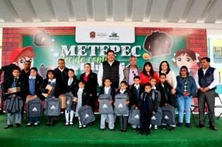 Alumnos-de-Metepec-reciben-del-ayuntamiento-chamarras,-tenis-y-mochilas-2