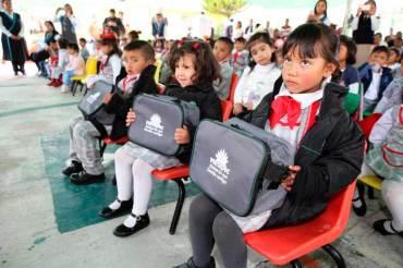 Alumnos-de-Metepec-reciben-del-ayuntamiento-chamarras,-tenis-y-mochilas-5
