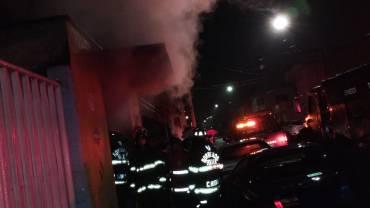 Sofocan Bomberos de Toluca incendio en local comercial de la colonia Altamirano