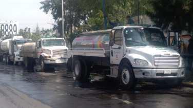 Con tinacos y pipas del ayuntamiento, comienzan a surtirse de agua vecinos de Neza 2