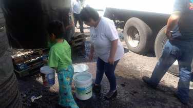 Con tinacos y pipas del ayuntamiento, comienzan a surtirse de agua vecinos de Neza 3