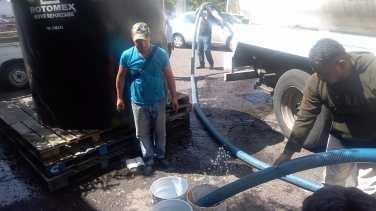 Con tinacos y pipas del ayuntamiento, comienzan a surtirse de agua vecinos de Neza 4