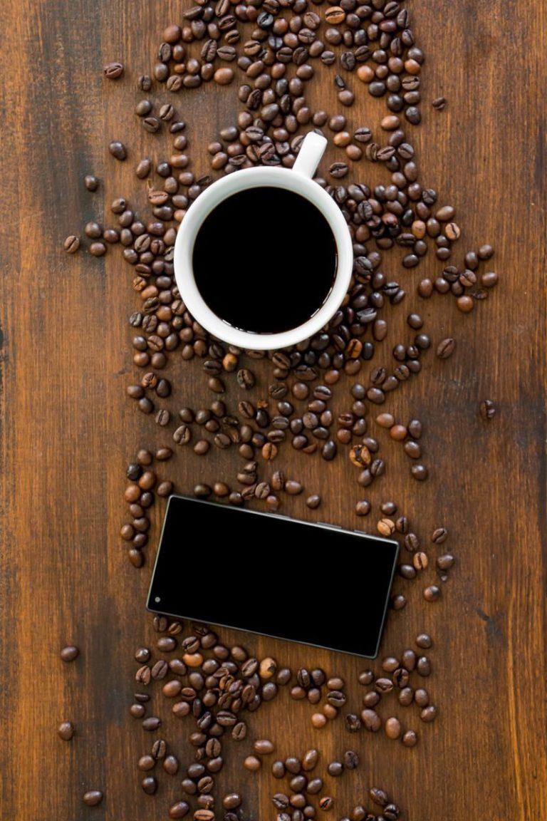 smartphone et café