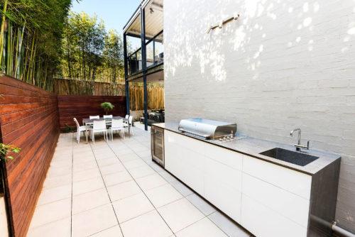 outdoor kitchen hardwood floors 有房一族的新宠 省钱耐用的户外一体式厨房 澳洲生活网 这一新概念橱房 包含厨柜和厨电 注重细节 把所有户外厨房 应具备的功能一一囊括 并可根据空间的大小调整尺寸 按照个人喜好增减厨电规格 可谓是一气呵成的制作