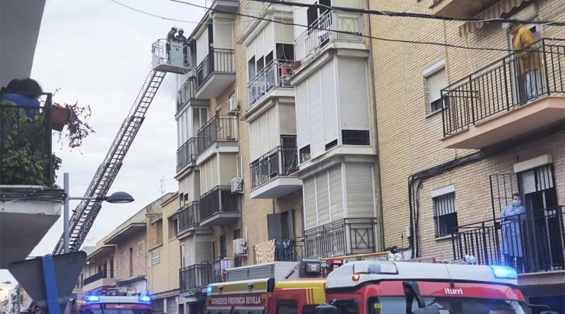 Actuación de los bomberos en la calle Navarra
