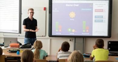 Profesor dando clase recreada