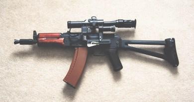 Kalashnikov encontrada en la maleta