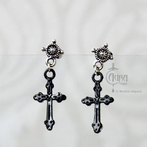 Boucles d'oreilles clou gothique Seih croix noire en résine et acier - face