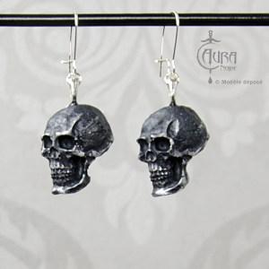 Boucles d'oreilles gothique Seih crâne noir en résine brossée argenté - face