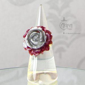 Bague gothique Llorona fleur rouge et gris en résine - ajustable - face
